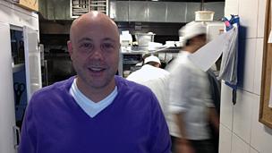 Chef Jorge Rausch en la cocina del restaurante Criterión