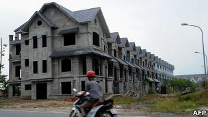 Hàng loạt khu căn hộ, chung cư ở Việt Nam đang xây dở phải bỏ trống