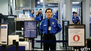 Una vulnerabilidad en los códigos de barra de los pases de abordar podría permitir que los viajeros introduzcan objetos prohibidos a bordo en las aerolíneas domésticas de Estados Unidos, afirmó un experto en seguridad. Los códigos revelan detalles sobre las requisas que se llevarán a cabo en pasajeros, y pueden ser leídos por los teléfonos inteligentes. El nuevo hallazgo podría interferir con el sistema estadounidense PreCheck, que escoge aleatoriamente entre los viajeros frecuentes a quienes no tienen que pasar por el proceso de seguridad previo al abordaje. A través de los códigos de barra, los pasajeros podrían averiguar con anticipación