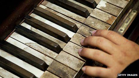 Teclas de un piano viejo