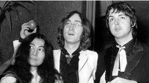Yoko Ono, John Lennon e Paul McCartney durante a estreia de 'Yellow Submarine' (Getty Images)