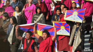 Grupo de monjes tibetanos protestan.