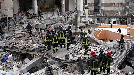 Equipos de rescata trabajan en ruinas en L´Aquila, Italia, tras el terremoto de 2009