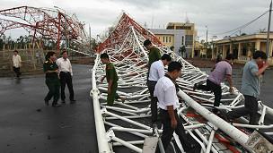 Cơn bão số 8, còn gọi là bão Sơn Tinh, làm đổ cột truyền hình cao nhất miền Bắc tại Nam Định