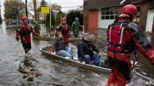 Rescate de ciudadanos afectados por las inundaciones de Sandy