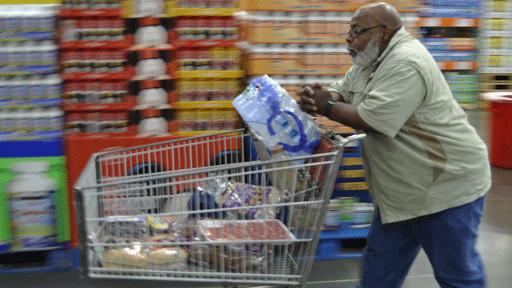 一名男子在洛杉矶比较贫穷的地区Inglewood的仓储式大型连锁超市