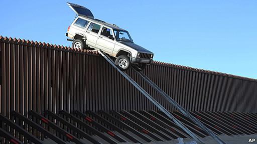 Camioneta atascada en la frontera