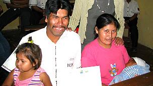 Luis Chiqueno en su graduación junto a su familia
