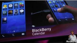 El nuevo Blackberry ya no contará con un teclado físico como sus antecesores. A pesar de la popularidad que tienen los teléfonos Blackberry en muchos países de América Latina, lo cierto es que RIM, empresa que los fabrica, hace años que sufre la dura competencia en el mercado de los celulares inteligentes. Su nuevo directivo, Thorsten Heins tomó las riendas del negocio en un momento incierto para la empresa, teniendo en cuenta la fuerte caída de las ventas en Europa y Estados Unidos, y su impacto en el valor de sus acciones en bolsa. Casi un año después, la BBC