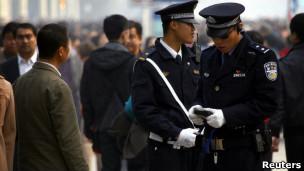 天安门广场警察查身份证