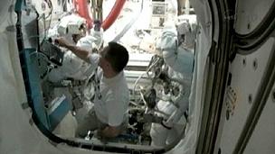 Dança serviu de aquecimento para longa caminhada espacial (BBC)