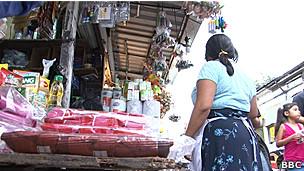 Mujer en mercado de San Salvador