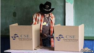 Un hombre vota en Nicaragua