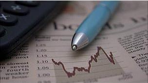 Periódico con tabla de cotización de acciones