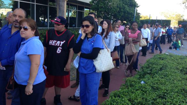 Votantes esperan para depositar su sufragio en el barrio de Doral, Miami