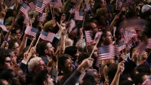 Người dân ăn mừng chiến thắng của ông Obama