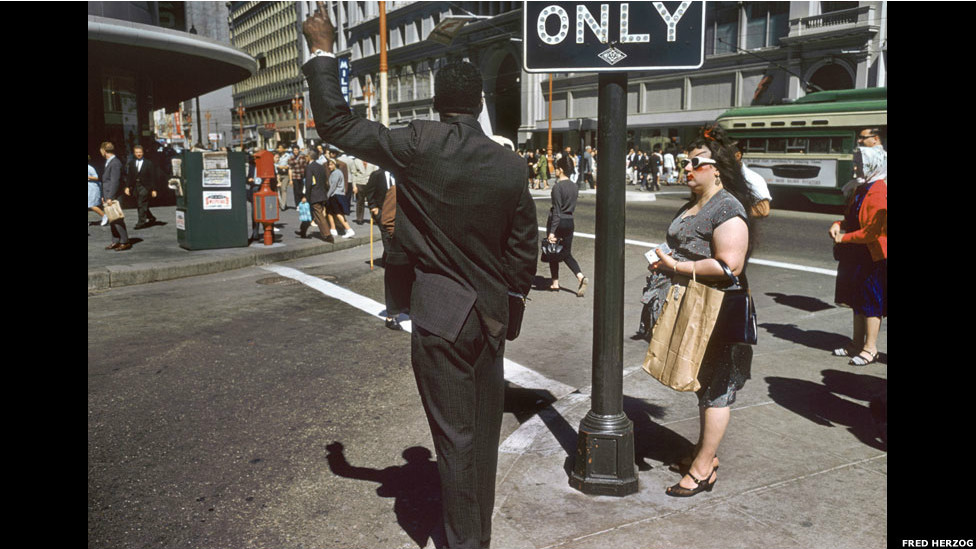 San Francisco, 1962 por Fred Herzog.  Cortesia: Equinox Gallery, Vancouver