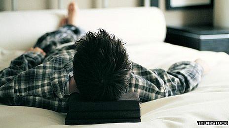 Soltero en la cama