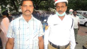 पुलिस के साथ ऑटो ड्राइवर