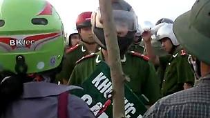 Người dân Văn Giang đối phó với lực lượng cưỡng chế đất đai hồi tháng Tư năm 2012