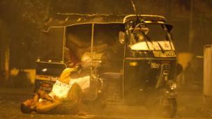 ஆட்டோவில் தப்பிச்செல்ல முயன்ற கைதிகள் மீது துப்பாக்கிச் சூடு நடத்தப்பட்டதாக நேரில் கண்டவர்கள் கூறுகின்றனர்.