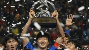قائد أولسان يرفع كأس البطولة