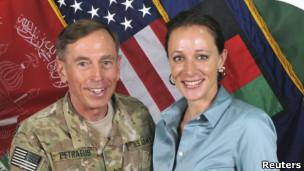 Ông David Petraeus phải từ chức vì quan hệ tình ái với bà Paula Broadwell