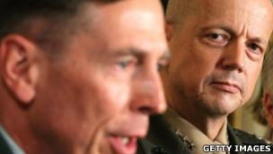 Allen (à direita) sucedeu Petraeus no comando de forças no Afeganistão