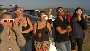 Turistas acompanham o eclipse