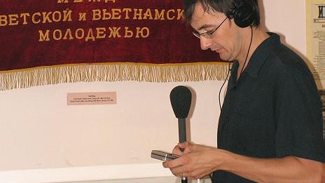 Phóng viên Bill Hayton tại Bảo tàng Cách mạng ở Hà Nội khi còn là phóng viên BBC