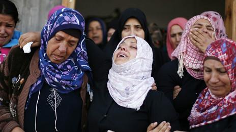 La familia de un niño fallecido en Gaza por los ataques aéreos israelíes llora su muerte.