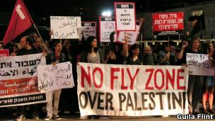 Manifestação em Tel Aviv contra conflito israelo-palestino (Foto: Guila Flint/BBC Brasil)