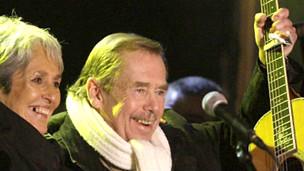 Cố tổng thống CH Czech Havel (phải)