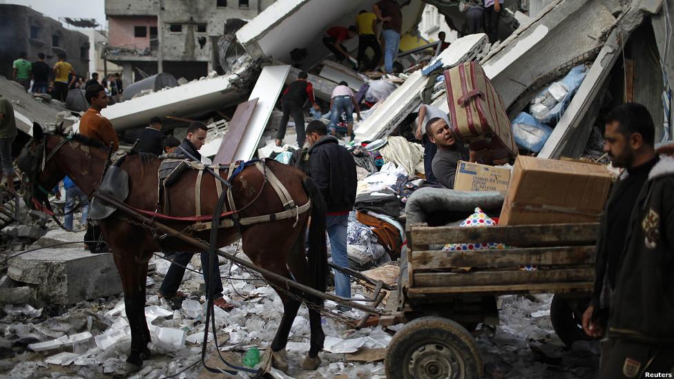 Palestino carga sus pertenencias en un carro tirado por un caballo tras un ataque israelí