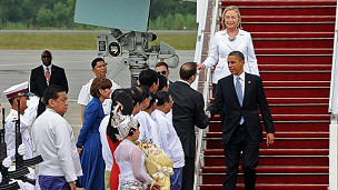 Obama và Clinton đặt chân đến sân bay Rangoon