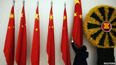 Chỉnh quốc kỳ Trung Quốc trước khi Thủ tướng Ôn Gia Bảo đến Phnom Penh