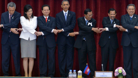 Obana chụp ảnh chung cùng các lãnh đạo Asean
