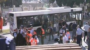 Equipes de emergência atuam na remoção de passageiros feridos após explosão em ônibus