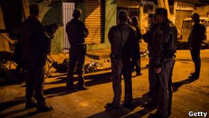 Policiais observam corpos em São Paulo (foto: Getty Images)
