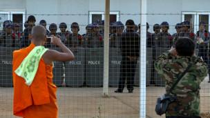 Cảnh sát chống bạo động dàn quân trước khu trại
