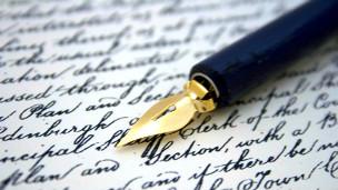 Pluma sobre papel escrito en tinta