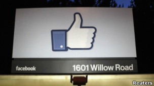 Un rumor inundó muros de usuarios en Facebook con un mensaje de propiedad intelectual. En una misma semana dos gigantes tecnológicas fueron víctimas de la misma estratagema virtual: la guerra del rumor. Se trata del arte -o el desatino- de generar noticias falsas en la red, difundirlas a través de redes sociales y después sentarse a esperar que caigan en la trampa medios e internautas por igual. Facebook se pobló de mensajesen los que la gente aseguraba que «ante los más recientes cambios en la política privacidad de la empresa» declaraban que el contenido era suyo y no de la