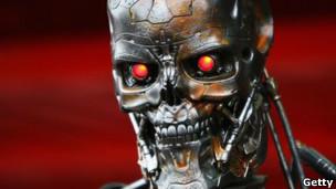 En «Terminator», las máquinas deciden exterminar a la humanidad. En la película «Terminator», la computadora Skynet toma conciencia y concluye que la mayor amenaza para la humanidad que protege es la misma humanidad, por lo que programa su exterminio y desata una guerra entre seres humanos y robot-androides asesinos. Pese a ser este un escenario de pura fantasía, la amenaza robótica ha pasado de ser un recurso común de la ciencia ficción a un tema que se toman muy en serio organismos internacionales, gobiernos y prestigiosas universidades. Los últimos en lanzar la voz de alarma han sido dos profesores de