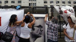 Ativistas diante da corte argentina, nesta quarta, com foto de Rodolfo Walsh, jornalista que desapareceu durante o regime militar (Reuters)