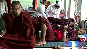 在緬甸警方鎮壓銅礦抗議時受傷的僧侶