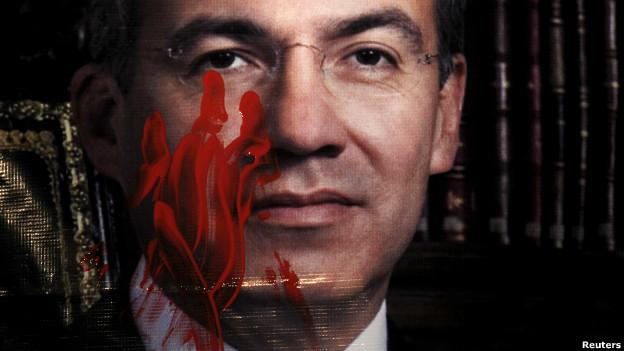 Foto de Felipe Calderón manchada con pintura roja.