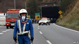 一名日本警員在山梨縣發生坍塌的笹子隧道外站崗(2/12/2012)