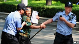 北京朝阳医院外一名上访者被警察带走(8/5/2012)