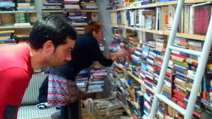 Gente mirando libros