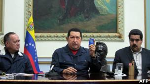 Chávez, Diosdado Cabello (esq.) e Nicolás Maduro (dir.)
